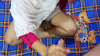 Мамаша в нейлоне трахает мохнатое вульву секс игрушкой на ступеньках