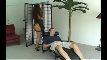 Мужчина имеет красивую мамочку olivia austin в большой ванной