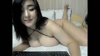 Пенсионер и плоскогрудая куколка занимаются порно на диване