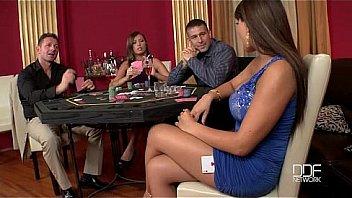 Шлюха-домохозяйка в корсете и нейлоновых чулках ласкает киску пальчиком в кресле
