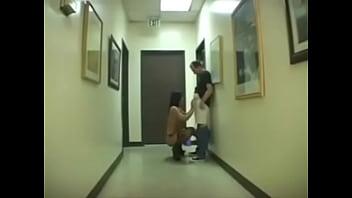 Мать с висячими сисяндрами показала возбужденную половую щелочку и занялась мастурбацией