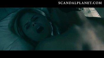 Очкастая зрелка пышными грудями мастурбирует мохнатку перед вебкамерой в полутьме