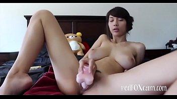 Шлюха-блондинка мастурбирует твердые соски на крупных сиськах перед вебкамерой