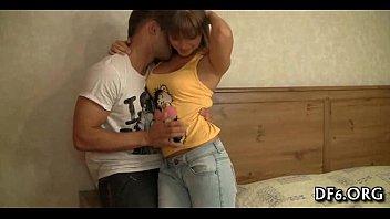 Блондочка из россии подсобила хахалю смазать пенис, для анального опыта работы