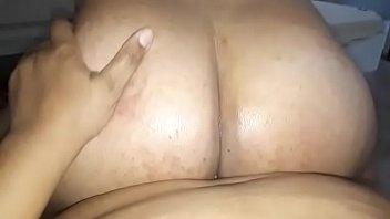 Полная латинка садится жопой на мордашку татуированной лезбиянки