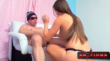 Чернокожий самец удобряет семенной жидкостью вульву интимной девицы