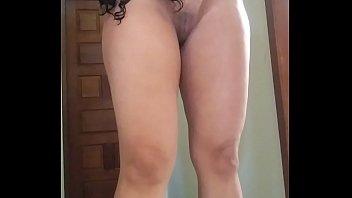 Девушка в облегающей майке показывает литые груди во времячко упражнений