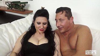 Молодой любовник лижет вагину пышногрудой милфы в позе 69