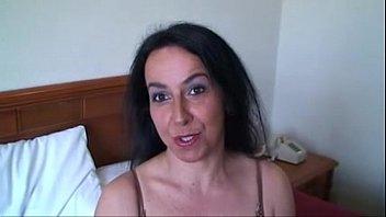 Страшная сучка с большой анусом показала мохнатую дырку и подмышки