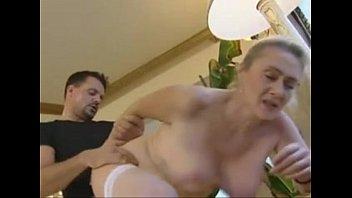 Хрупкая женщина без одежды демонстрирует гибкое тело