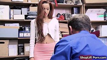 Эффектную красноволосую и обалденно жопастую красавицу отпороли на порно пробах самым огромным местным хуем
