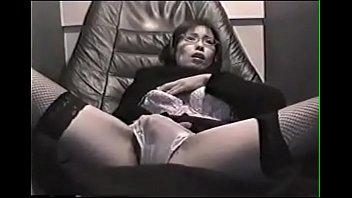 Девчушка с красивеньким телом переодевается под скрытой камерой
