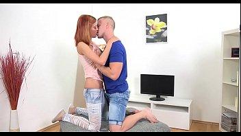 Женатик порется в кроватки с молодой хуесоской после добротного куни