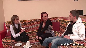 Страстная мастурбация молодой шлюхи брюнетки на диване