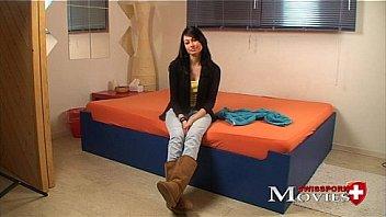 Сексуальная брюнеточка с огромными шарами шпилится на кроватке