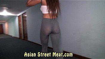 Девушка демонстрирует огромную попочку в темных стрингах перед вебкамерой