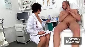 Наше русское, в лесу накормил жену в сексуальных очках брусникой и спермой
