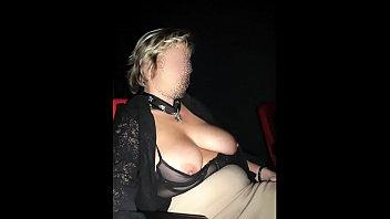 Женщина сняла полосатые лосины и показала большую жопу во время ебли