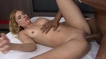 Русская блондинка насладилась нежным сексом со своим парнем