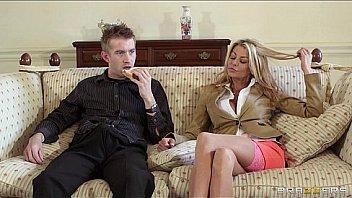 Русская мать отсасывает фаллос молодому любовнику в трусишках
