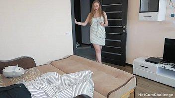 Женщина с небольшими волосами выполняет отсос члена ёбарю и порется с ним на дивана