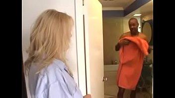 Африканец пердолит в жопа белую сучку в различных комнатах